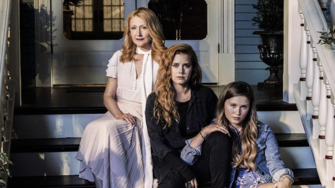 Patricia Clarkson, Amy Adams e Eliza Scanlen em Sharp Objects