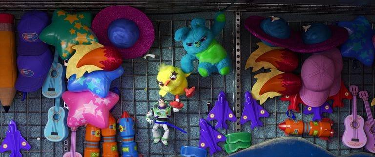 Coelhinho, Patinho e Buzz na barraca de Toy Story 4